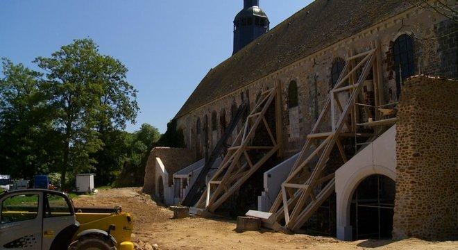 Em Thiron-Gardais, a igreja é mantida em pé por suportes de madeira