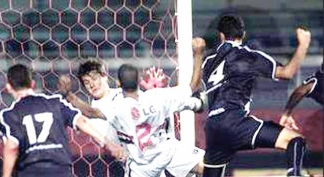 Em um confronto contra a Ponte Preta, o lateral-esquerdo do São Paulo, Gustavo Nery, teve que substituir Rogério Ceni após expulsão do goleiro artilheiro. Com Nery no gol, o T