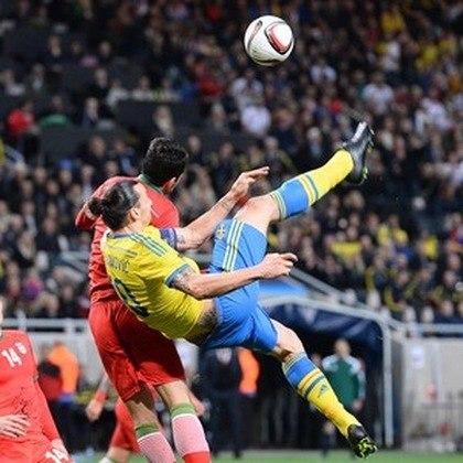 Em uma das bicicletas mais impressionantes da história do futebol, durante o jogo Suécia e Inglaterra, Ibrahimovic emendou uma bicicleta a 40 metros de distância do gol, de costas, e marcou um gol memorável.