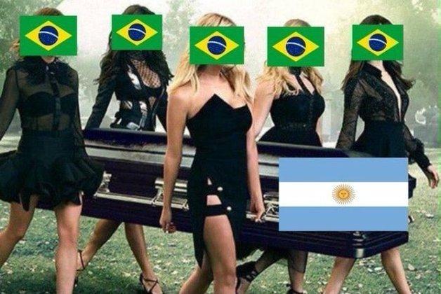 Em uma partida eletrizante, o Brasil saiu perdendo por 2 sets a 0 para a Argentina, mas conseguiu uma virada heróica. Na web, torcedores enlouquecerem, enalteceram Lucarelli e Leal e zoaram muitos os hermanos. Veja os memes! (Por Humor Esportivo)