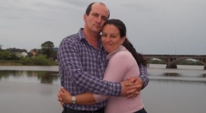 Emanuele com o marido. Ela descobriu que tinha câncer em estágio avançado