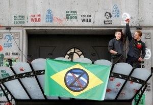 Londres: ativistas do clima pintam embaixada do Brasil de vermelho