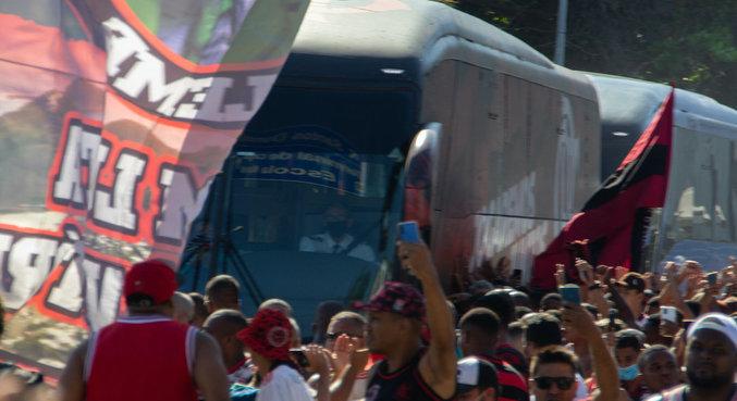 Torcida do Flamengo se aglomerou para incetivar Flamengo no embarque