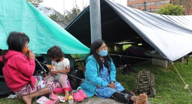 Não é incomum ver grupos de Emberas nas ruas de Bogotá pedindo esmolas