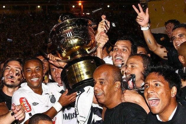 """Embora tenha conquistado os Campeonato Brasileiros de 2002 e 2004, em sua primeira passagem pelo Santos, em seu retorno recebeu a braçadeira de capitão e levantou a sua primeira taça pelo Peixe na conquista do Paulistão em 2010, após bater o Santo André na decisão. Diferentemente de 2002, o seu primeiro título com a camisa santista, não foi o protagonista do feito, que ficou por conta da dupla Neymar e Ganso. Mas, embora fosse um """"coadjuvante de luxo"""" é muito lembrado naquela campanha, justamente por ter dado a experiência necessária a um time de meninos. Robinho chegou ao Alvinegro Praiano, na sua segunda passagem, com 26 anos. Naquele ano ainda levantou o troféu da Copa do Brasil, antes de transferir-se novamente ao Velho Continente, dessa vez para atuar pelo Milan-ITA."""