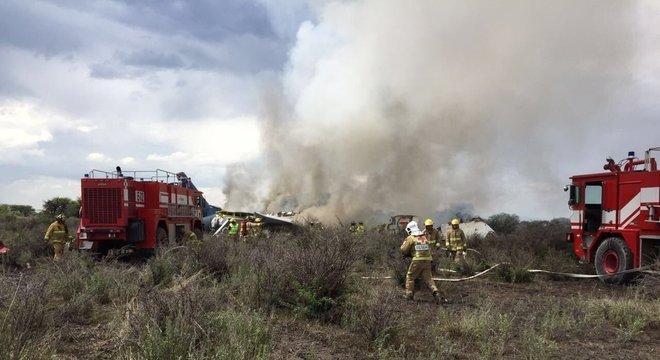 Embraer 190 da Aeroméxico caiu logo após a decolagem em Durango Crédito: Proteccion Civil / Divulgação CP