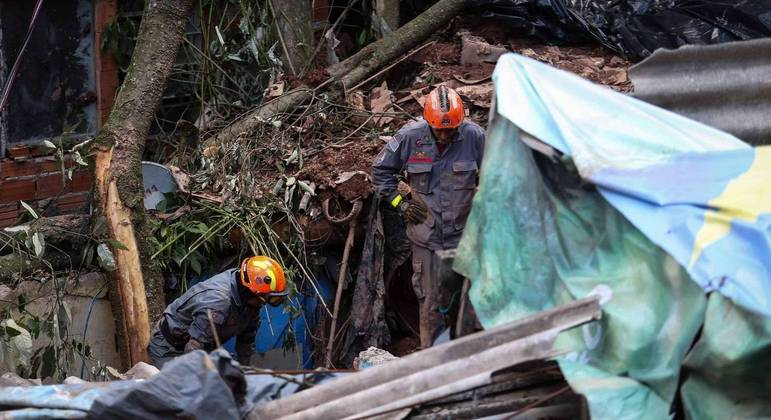 Bombeiros buscam avó e neto soterrados em deslizamento de terra em Embu das Artes