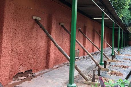 Pátio da escola permanece interditado após chuvas