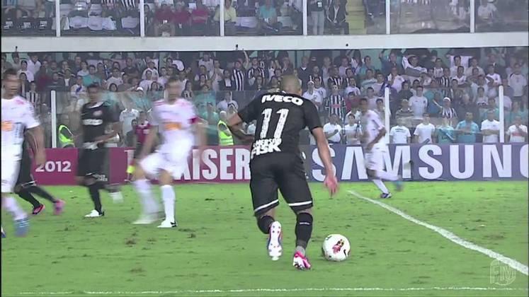 Emerson Sheik - Santos 0 x 1 Corinthians - 2012 - O jogo estava parelho nas semifinais da Libertadores. Até que, em plena Vila Belmiro, Sheik recebeu no bico da área e chutou no ângulo de Rafael para dar a vitória ao Corinthians diante do rival.