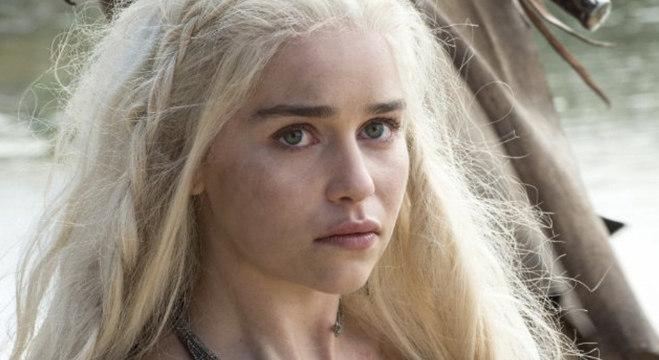 A atriz Emilia Clarke, de 32 anos, sofreu dois aneurismas e não tem sequelas