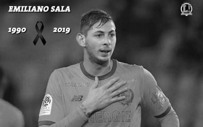 Emiliano Sala, morto em um acidente aéreo em 2019, foi homenageado pelo Nantes, seu clube antes da transferência para o Cardiff, quando acabou falecendo, com a remoção da camisa 9 das numerações