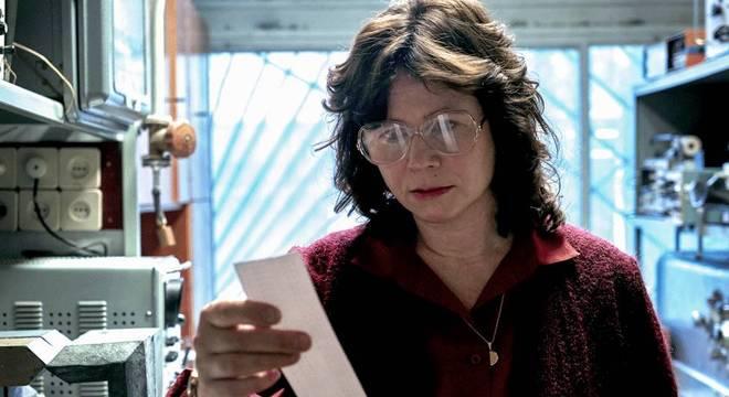 Personagem de Emily Watson é um amálgama de diversos cientistas que trabalharam no caso à época