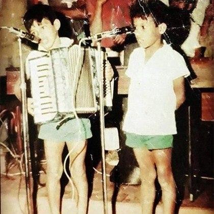 Emival, da dupla com Zezé: antes de Luciano, Zezé Di Camargo cantava com outro irmão, o Emival. Ainda crianças, formavam a duplaCamargo e Camarguinho. No entanto, com apenas 11 anos, o pequeno cantor morreu em um acidente de carro em 1975. Zezé continuou na música e alcançou sucesso nacional com o irmão, Luciano