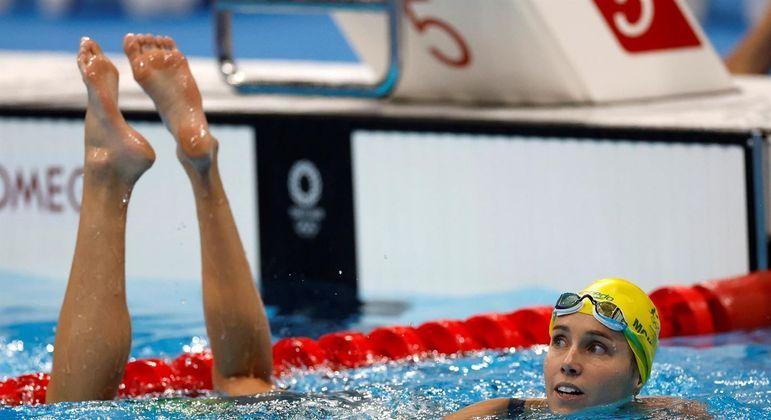 Emma McKeon observa o telão com o resultado dos 50 m nado livre nos Jogos de Tóquio: 7 medalhas