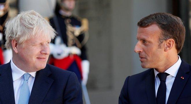 Emmanuel Macron, presidente da França, ao lado de Boris Johnson; saída do Reino Unido da UE vai impactar fronteiras, comércio e trânsito de pessoas e bens