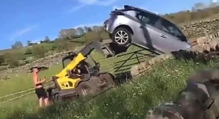 Fazendeiro não teve piedade do veículo e o tirou da porta da fazenda