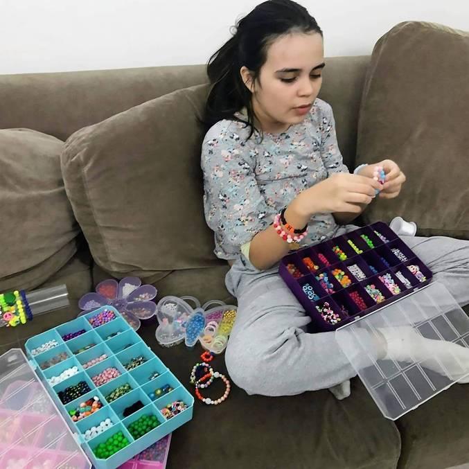 Bianca, 10 anos, quer ficar rica produzindo pulseiras personalizadas
