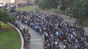 __Oportunidade de emprego reúne multidão no centro de São Paulo__ (Fábio Vieira/Fotorua/Estadão Conteúdo – 26.03.2019)