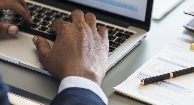 Pessoas pretas e pardas têm salário médio 42,5% menor que o de brancos