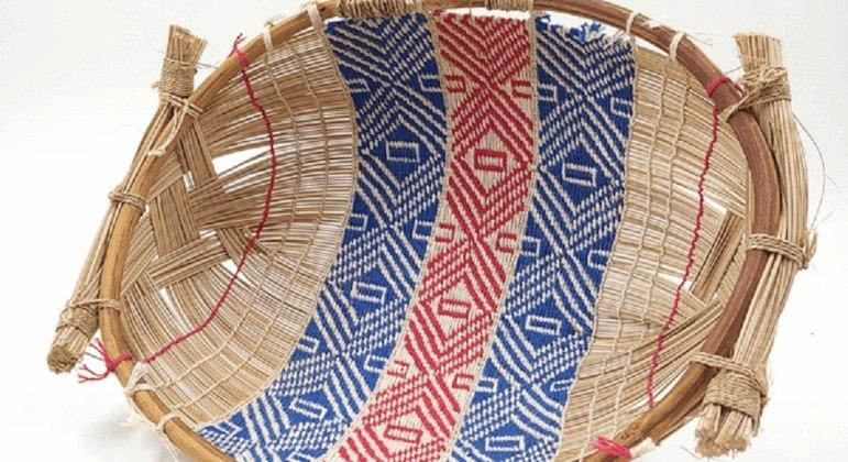 Cesto feito pelo povo Mehinako, do Alto Xingu, trançado com o talo da palmeira buriti e algodão