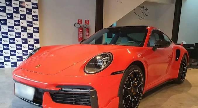 Porsche de R$ 2 milhões foi um dos presentes de Anne