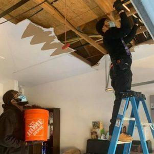 Encanador e seu cunhado consertando as residências no Texas
