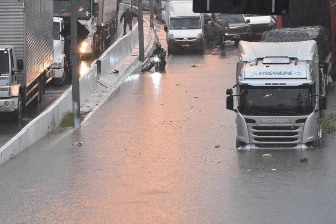 Segundo o CGE, a chuva forte é provocada por áreas de instabilidade associadas à chegada de uma frente fria. O tempo deve permanecer instável pelas próximas horas, com termômetros oscilando entre 24°C no início da madrugada e 18°C no fim da noite