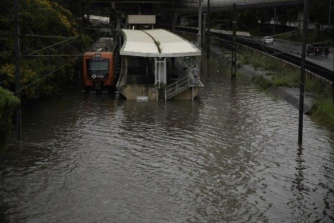 A chuva também provoca transtornos na operação dos trens da CPTM no início desta segunda-feira. A Linha 9-Esmeralda não está operando em quase toda a extensão, da estação Osasco até a Santo Amaro