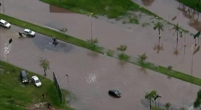 Carros ficaram ilhados após enchentes