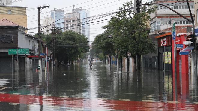 Na Barra Funda, ruas permanece alagadas até o meio da tarde desta segunda-feira (10) e a água não dá sinais de estar baixando