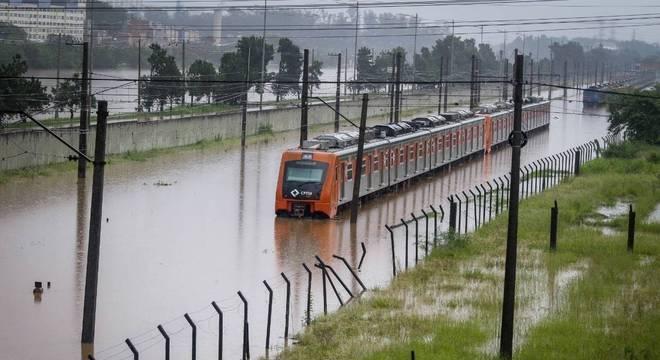 Trem da linha 9-Esmeralda para no meio da enchente próximo à estação Villa Lobos-Jaguaré