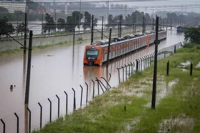 Trem da linha 9-Esmeralda ficou parado no meio da enchente pertoda estação Villa Lobos-Jaguaré, na zona oeste de São Paulo