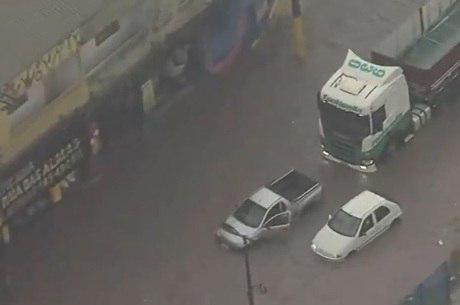 Motoristas enfrentam enchente na zona leste de SP