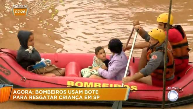 Os bombeiros estão usando botes salva-vidas para levar as pessoas para um lugar seguro. O helicóptero da polícia também está ajudando no resgate. A previsão é de mais chuva na cidade de São Paulo