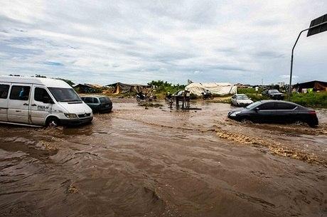 Carros passam por avenida com dificuldades na Vila Itaim
