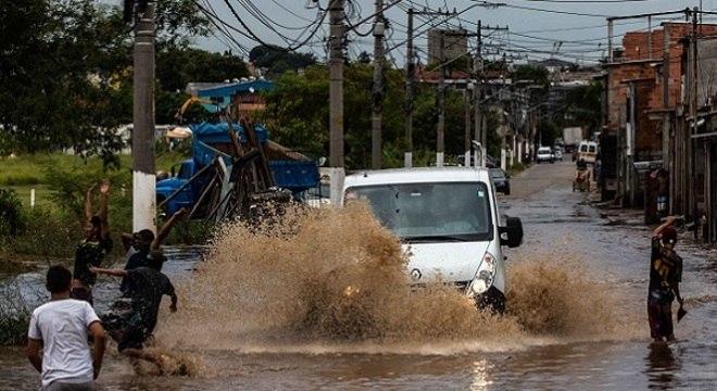 Contato com enchentes pode causar doenças como hepatite A e leptospirose