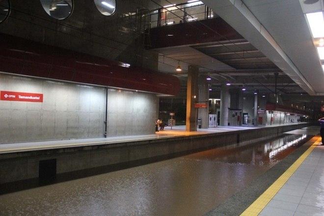 A CPTM informou que a linha, que liga Rio Grande da Serra à Estação da Luz, passando por todo os ABC, não irá operar por conta dos alagamentos que atingiram a região. Ao todo, 100 ônibus vão operar no trajeto para compensar a paralisação