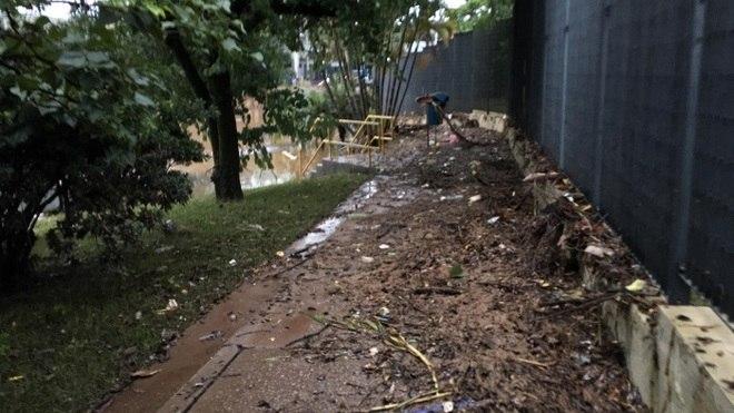 Os acessos à capital paulista e a região do ABC foram bloqueados por conta do temporal.Os bombeiros informaram que durante todo este domingo houve 121 acionamentos para quedas de árvores, 302, para enchentes e 23 para desabamentos ou deslizamentos, em ações concentradas no ABC e na capital