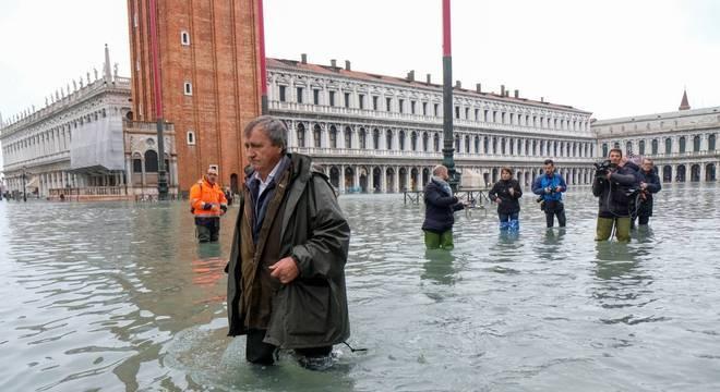 Veneza sofre pior enchente em 50 anos