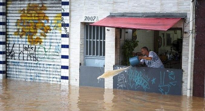 Mesmo com barreira, estabelecimento é afetado pela enchente