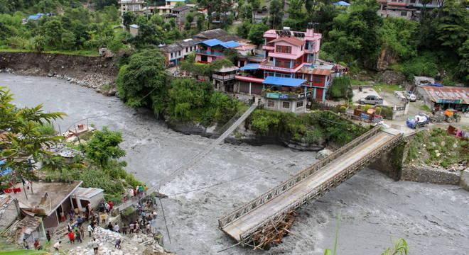 Ponte sobre em Myagdi danificada pelas enchentes que atingem o Nepal