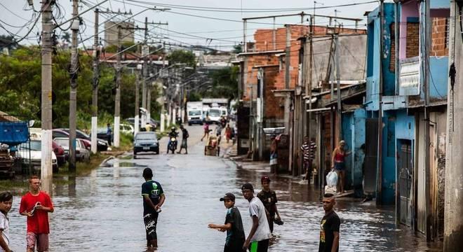 Chuvas afetam vida dos moradores da Vila Itaim, zona leste de São Paulo