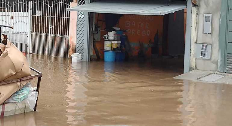 Enchentes são constantes na Vila Itaim e em bairros do extremo leste de São Paulo