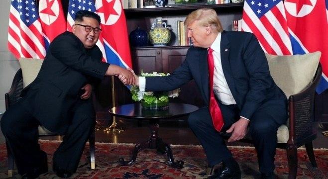 Encontro e aperto de mão históricos de Kim Jong-un e Donald Trump
