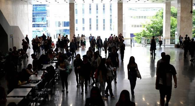 Movimentação de candidatos em colégio na avenida Paulista, em São Paulo