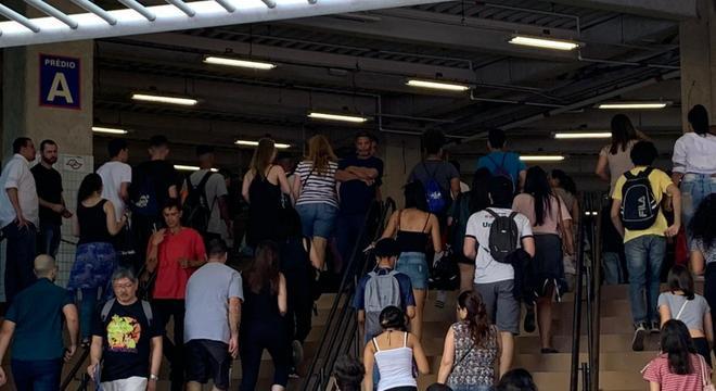Estudantes chegam para o primeiro dia de prova do Enem