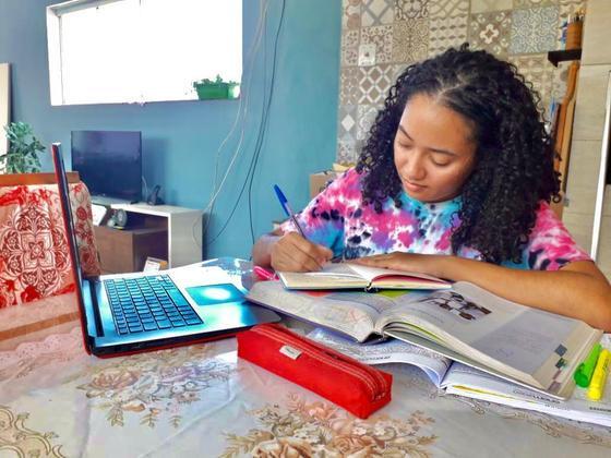 Jéssica Ferraz, estudando com o notebook que ela comprou com dinheiro de uma bolsa de pesquisa científica remunerada pela UMC