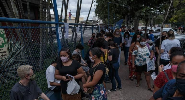 Estudantes aguardam a abertura dos portões no primeiro domingo do Enem