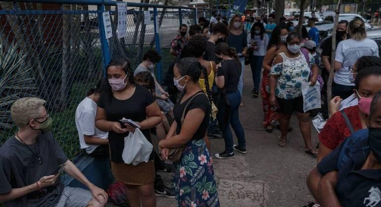 Aglomeração de candidatos na entrada do local de exame em São Paulo