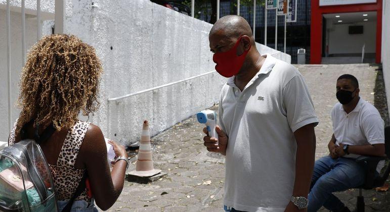 Candidata entra para fazer prova do Enem Digital no Rio